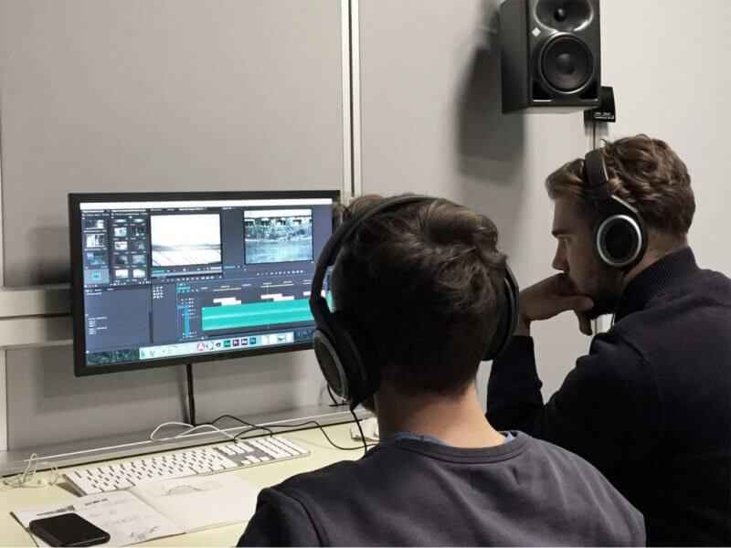 proses editing audiovisual oleh dua orang pria dalam studio