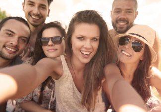 6 orang sedang melakukan selfie